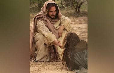 El actor payanés Manolo Cardona personifica a Jesucristo en la serie María Magdalena, que se estrenará esta noche en la televisión nacional.