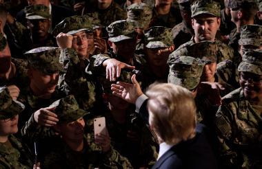 Donald Trump saluda a las tropas estadounidenses en Japón.