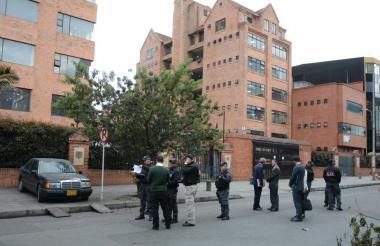 Personal de la Fiscalía simula la escena del crimen perpetrado a las afueras de la Universidad Sergio Arboleda, donde era catedrático Álvaro Gómez.