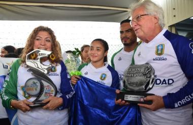 La campeona panamericana de BMX, Sharid Fayad, fue recibida por el alcalde de Soledad, Joao Herrera y a primera gestora social, Alba Olaya.
