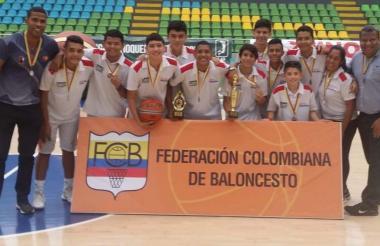 El quinteto local de Cóndores-Titanes con el trofeo.