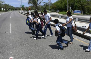 Estudiantes del colegio campestre Idphu, por ejemplo, arman grupos para que sea más fácil hacer el cruce en el kilómetro 11 de la autopista al mar