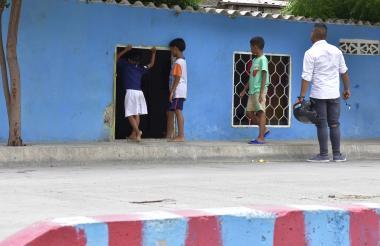 Un grupo de niños entra a una de las casas de Rebolo.