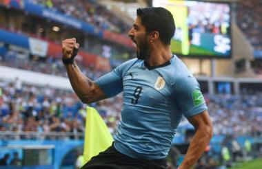 Luis Suárez jugando con la camiseta de Uruguay.