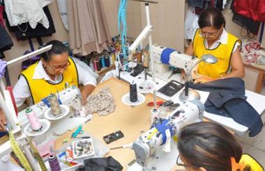 Mujeres trabajadoras de una microempresa de la industria de la confección.