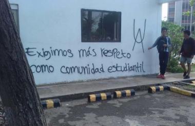 Uno de los grafitis de los encapuchados en las paredes de la Rectoría de la Universidad del Atlántico.