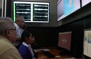 Personas del departamento de Sismología del Ministerio de Medio Ambiente de El Salvador monitorean la intensidad de las réplicas del sismo.