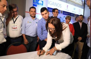 La secretaria de Planeación de Soledad, Diana De León, durante la firma del convenio  con el Ministerio de Vivienda.