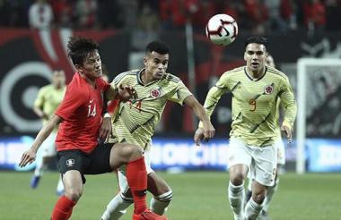 Luis Díaz disputando la pelota con Chung Sung Jun.