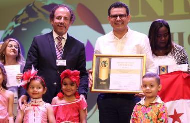 El secretario de Salud con funciones de gobernador encargado, Armando de la Hoz, recibió el premio.
