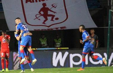 Pasto celebrando el tercer gol del partido.