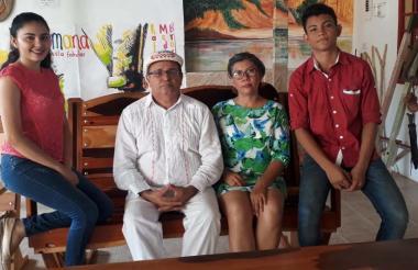 6 posó junto sus padres, Rafael Medina y Emilse Martínez, y su hermana Meridiana.