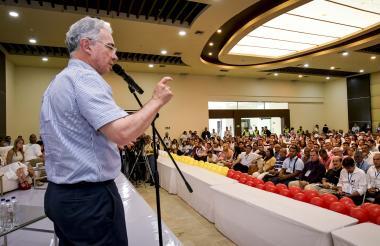 Álvaro Uribe Vélez, senador y líder del Centro Democrático, en el hotel Sonesta en Barranquilla.