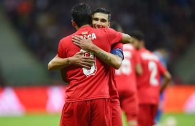 Bacca festejando un gol con José Antonio 'la Perla' Reyes.