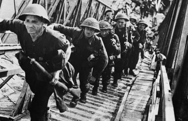 Soldados de las fuerzas aliadas durante las operaciones de aterrizaje del Día D en Normandía, en Francia.