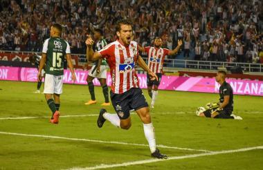 Sebastián Hernández celebra el segundo gol del equipo tiburón.