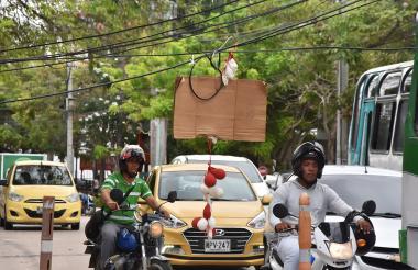 En la carrera 53 con calle 70 optaron por colocar un cartón con globos para alertar a los conductores.
