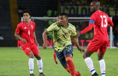 Roger Martínez disputando un partido con la Selección Colombia.
