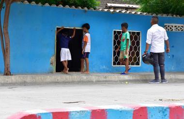 Un grupo de niños ingresa a una de las viviendas que quedaron afectadas con la canalización.