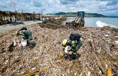 La extracción de desechos continúa en las playas.