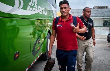 El delantero Teófilo Gutiérrez saliendo del aeropuerto Ernesto Cortissoz.