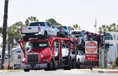 Vehículos de carga aguardan en Otay Mesa, principal punto fronterizo entre ambos países, luego del anuncio  sobre un pacto entre EEUU y México.