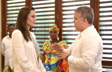 Angelina Jolie y el presidente Iván Duque dialogan sobre la crisis migratoria.
