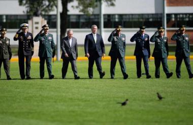 El presidente Duque durante la ceremonia de ascensos de generales y subtenientes.