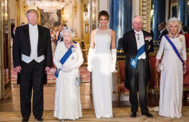 Impecable y luciendo una tiara con 96 diamantes engastados, la reina Isabel de Inglaterra, junto a su hijo el príncipe Carlos y su esposa Camilla, recibieron al presidente Donald Trump y  a su esposa Melania a su llegada al Palacio.