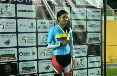 La ciclista atlanticense Marianis Salazar en el podio de la prueba de los 500 metros salida detenida donde hizo récord.