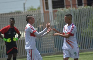 Jugadores de la Selección Atlántico festejando uno de los seis goles.