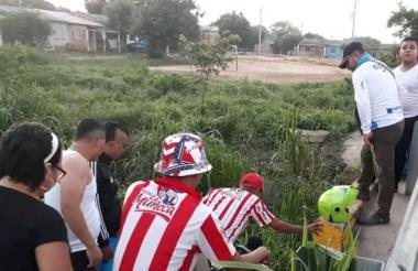 Los vecinos rodean la zona en la que fue hallado el cuerpo sin vida.