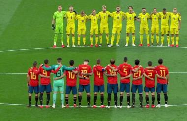 Los jugadores antes del partido España vs. Suecia le rinde homenaje a José Reyes.