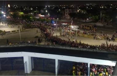 Foto tomada desde las gradas muestra que las filas llegaban hasta Metrocentro.