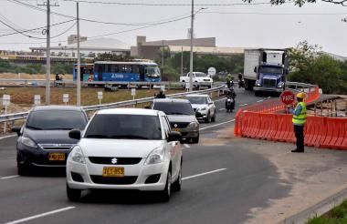 A la altura de Gecolsa, vehículos se movilizan por una de las dos vías alternas de la calle 30, en Soledad.