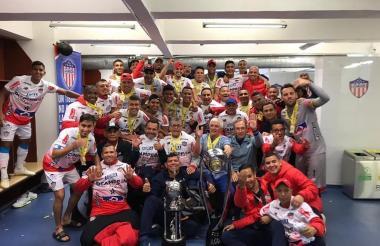 Los jugadores del Junior y el cuerpo técnico, celebrando en el camerino tras la obtención del título.