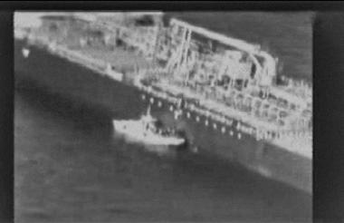 Captura del video publicado por EEUU muestra el bote iraní cerca al petrolero.