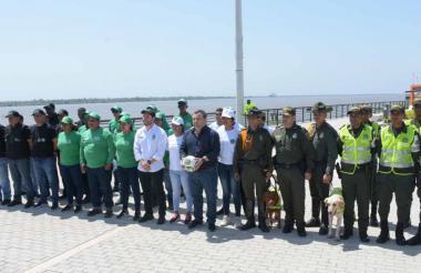 Jaime Alfaro, Yesid Turbay y el comandante operativo Yecid Peña durante el evento en el Gran Malecón.