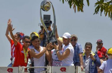 Teófilo Gutiérrez y Sebastián Viera levantan el trofeo junto a James Sánchez, la Reina Carolina Segebre y el alcalde Alejandro Char.