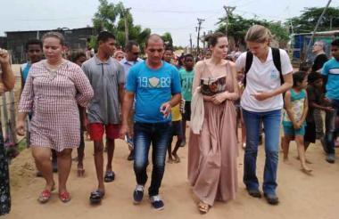 Jessika Ureche (primera de izquierda a derecha) fue una de las habitantes de Brisas del Norte que guió a Angelina Jolie.