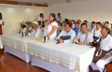 Jaime Arias Acompañado de los cabildos menores de su resguardo en una reunión en Valledupar.