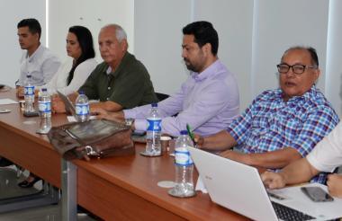 En primer plano, Guillermo Gutiérrez Ribón, representante de los docentes, durante la sesión en la que eligieron el rector en abril de este año.