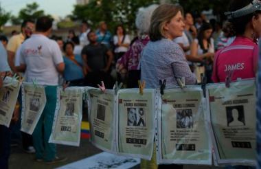 Durante una movilización ciudadana colgaron carteles de los líderes sociales asesinados en el país.