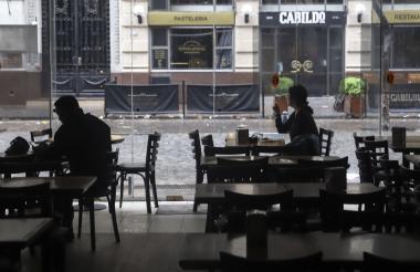 Personas en un restaurante durante el apagón.