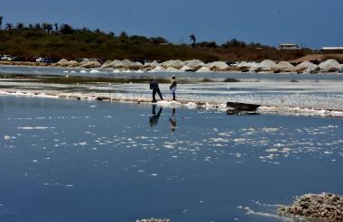 En la imagen, los cristalizadores y la sal recolectada en las salinas de Galerazamba.