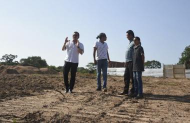 Prasca en su visita al terreno en Sabanalarga.