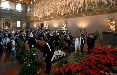 Miles de personas llegan al Palazzo Vecchio, en Florencia, a despedir al director.