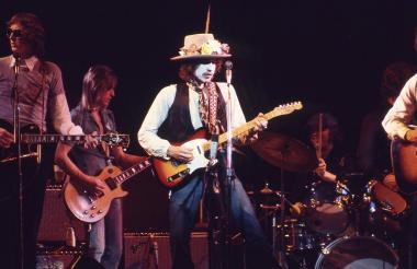 Bob Dylan durante una actuación en la gira Rolling Thunder Revue.