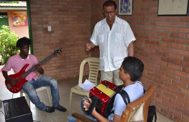 El turco Gil continúa enseñándole vallenato a las nuevas generaciones.