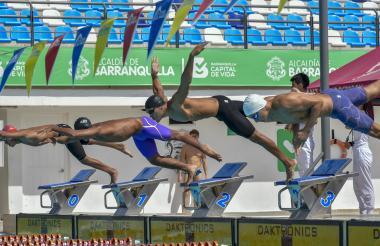 El nadador Cardenio Fernández (centro) en el Complejo Acuático Eduardo Movilla.